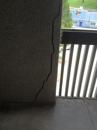 Horseshoe Resort: More cracks not dealt with