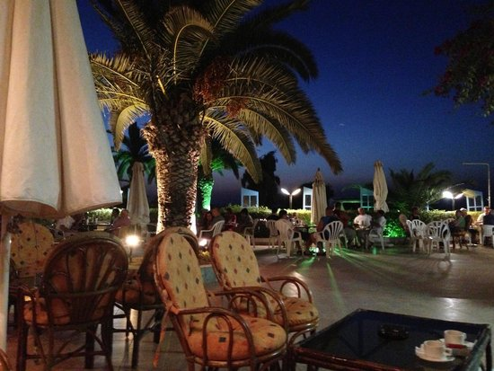Belair Beach Hotel: Bar at night