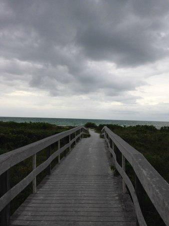 Sanibel Moorings : short walk to the beach
