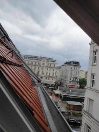 "wombats CITY HOSTEL Vienna ""THE NASCHMARKT"": Vista do quarto"