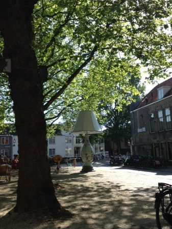 Hotel de Plataan : View of a part of the square opposite the hotel
