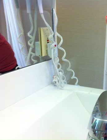 Novotel Toronto Mississauga Center: more marks on the mirror not cleaned