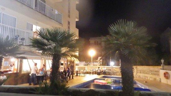 Hotel Palma Mazas: coin piscine le soir