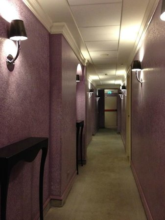 Leon's Place Hotel: Hallway leading to bedrooms