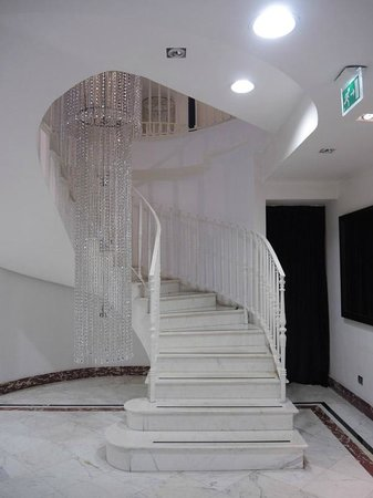 Leon's Place Hotel: Staircase from bar down to toilets and spa