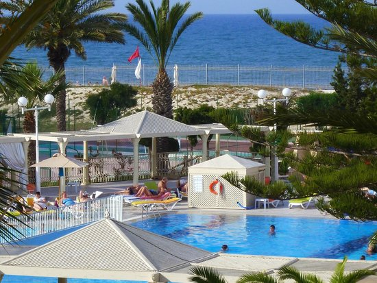 Dessole Abou Sofiane Resort : The pool, and The Big One with people on the beach !