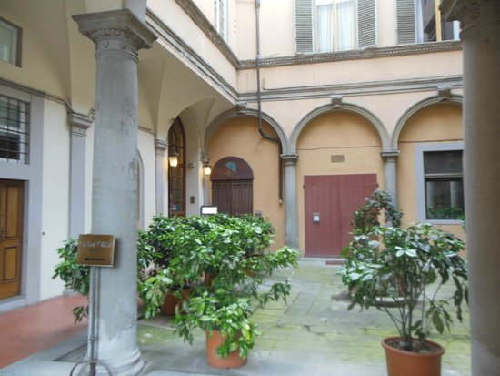 Silla Hotel : Courtyard on Entry Level From Street