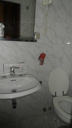 Vecchia Milano : Enkelt bad, men rene håndkler hver dag.