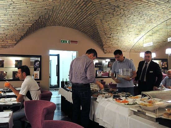 Leon's Place Hotel : Breakfast buffet in basement restaurant