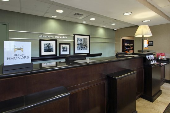 Hampton Inn & Suites Alexandria: Front Desk
