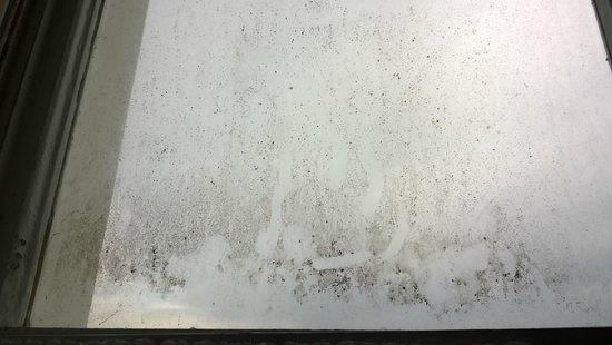 Carlton Hotel: Dirty window (R3)