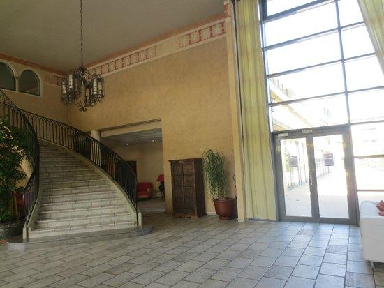 Avignon Grand Hotel : The Staircase