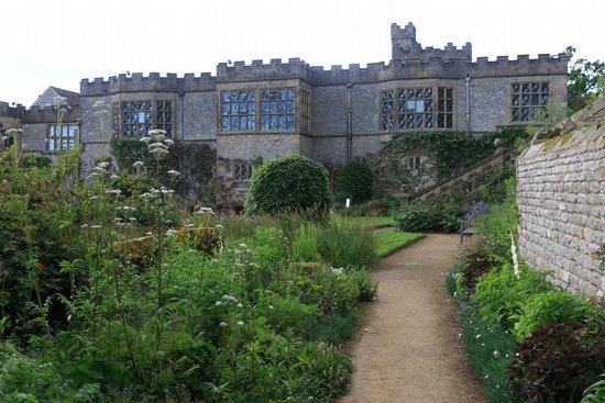Haddon Hall : Garden and facade