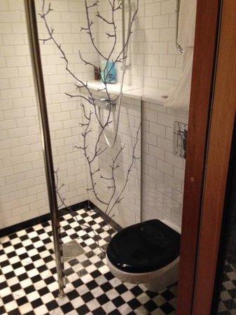 Mornington Hotel Stockholm City: Keine Duschwanne, folge: Nässe alles unter Wasser.
