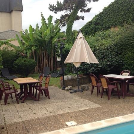 Hotel de Bordeaux: little garden area by the pool