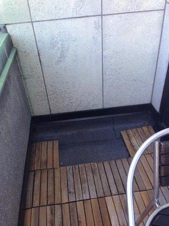 Mornington Hotel Stockholm City: Fehlende Bodenplatten auf dem Balkon, sowie kein Tisch!