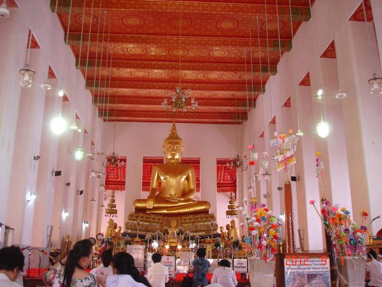 Temple of the Great Relic (Wat Mahathat): people sitting inside temple