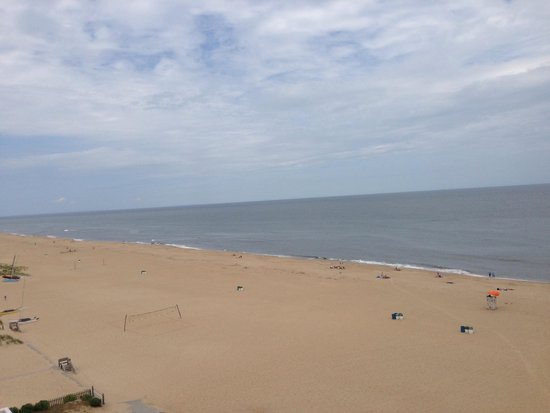 Wyndham Virginia Beach Oceanfront : The view to the left on the balcony of our room