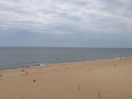 Wyndham Virginia Beach Oceanfront : The view to the right on our balcony
