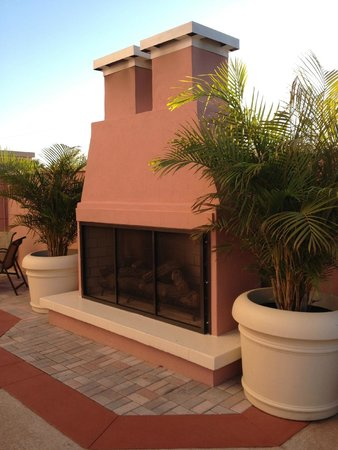 Embassy Suites by Hilton Orlando Lake Buena Vista South: Fireplace at pool area