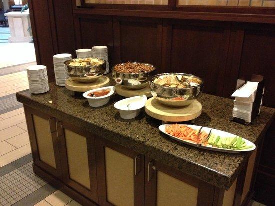 Embassy Suites by Hilton Orlando Lake Buena Vista South : Evening buffet