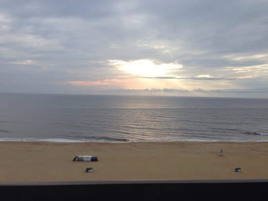 Wyndham Virginia Beach Oceanfront : The first sunrise during our stay from the balcony