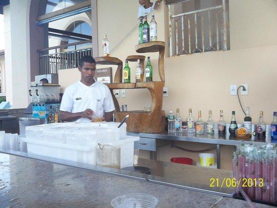 Grand Palladium Imbassai Resort & Spa: el bar que esta en la piscina