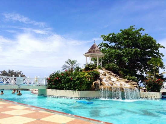 Jewel Dunn's River Beach Resort & Spa : The stunning waterfall over one of the pools connected to the pool bar!