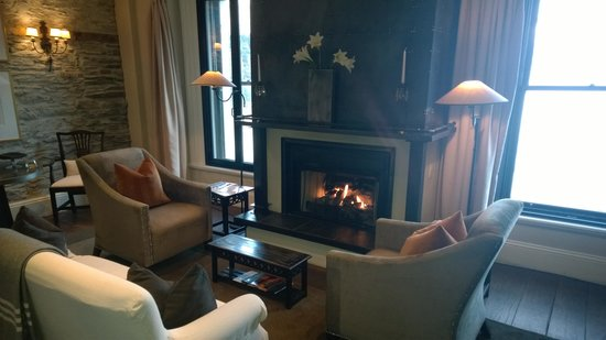 Eichardt's Private Hotel: Lounge and fireplace