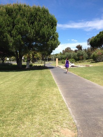 Parque Mourabel Apartments: Park/garden walk path from mourabel in to Marina