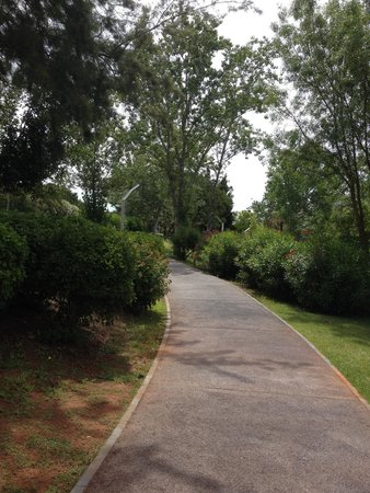 Parque Mourabel Apartments: Walk path to the marina