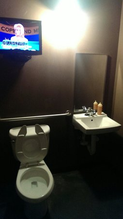 Black Hog BBQ: The bathrooms have TVs!
