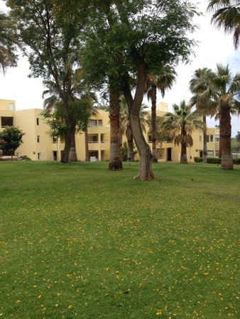 Parque Mourabel Apartments : Nicely kept Gardens at 'oasis village'