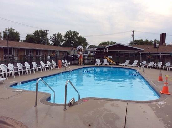 Black Hawk Motel: Outdoor Pool
