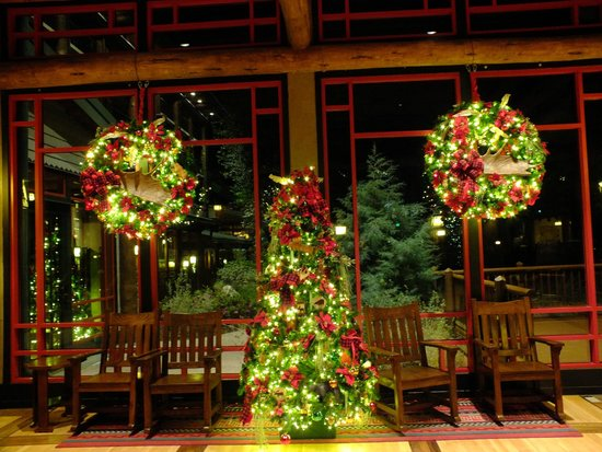 Christmas trees and wreaths - Picture of Disney's Wilderness Lodge ...