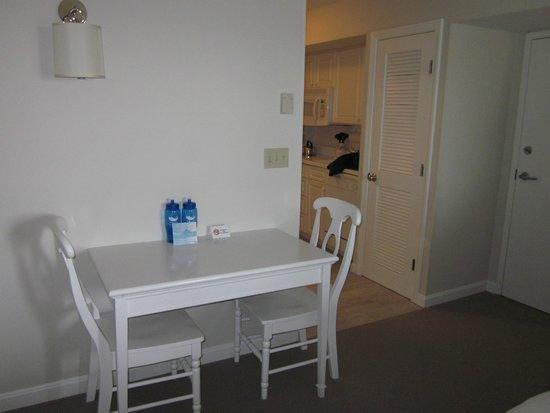 Winnetu Oceanside Resort: Dining Area in the Suite