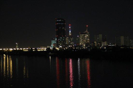 Hilton Vienna Danube Waterfront: Vista do quarto a noite