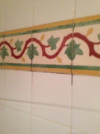 Hotel Relais Saint Sulpice : Grungy bathroom.