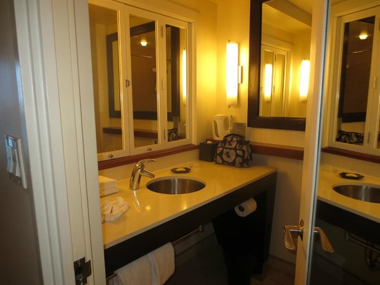Sheraton Waikiki: Bathroom in an Ocean Front Room