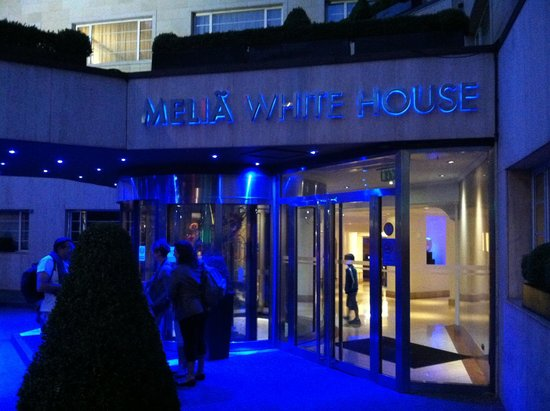 Melia White House : Beautiful evening blue lights at entrance