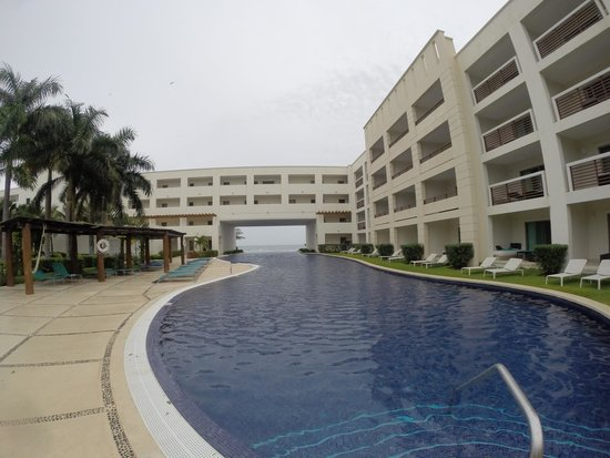 Secrets Silversands Riviera Cancun: Inifinity pool