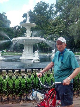 Savannah Bike Tours: Savannah Bike tour at Forsythe Park fountain