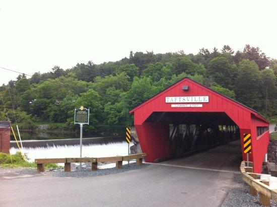 Applebutter Inn Bed and Breakfast: Covered Bridge.