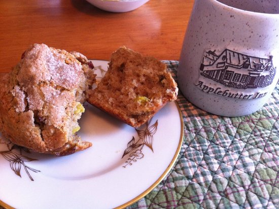Applebutter Inn Bed and Breakfast: Rhubarb muffin & morning coffee.