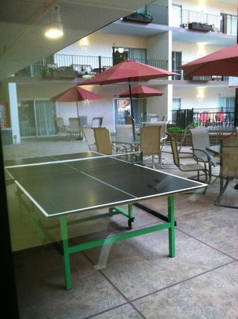 Holiday Inn - Airport Conference Center: Ping Pong table outside the workout room