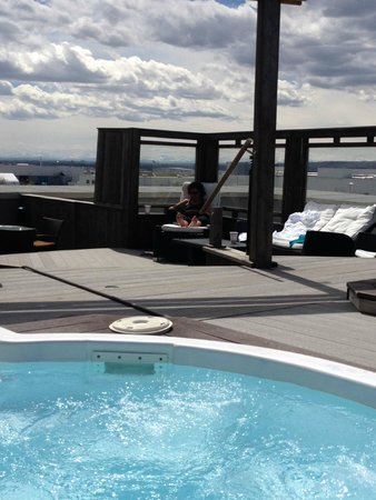 Acclaim Hotel Calgary Airport: roof top hot tub area