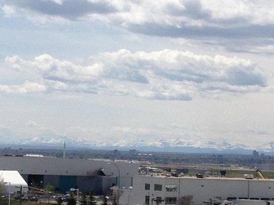 Acclaim Hotel Calgary Airport: mountains in the distance
