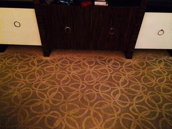 The Venetian Las Vegas : You can see how clean the carpet is under the cabinet. :x