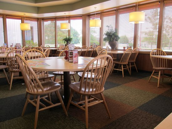 Frisch's Big Boy: Table seating area