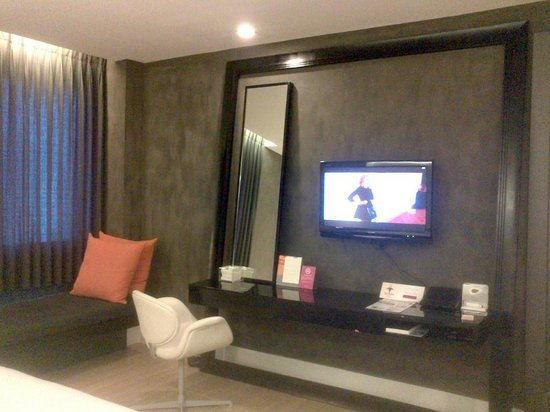 Trinity Silom: Day Bed and TV